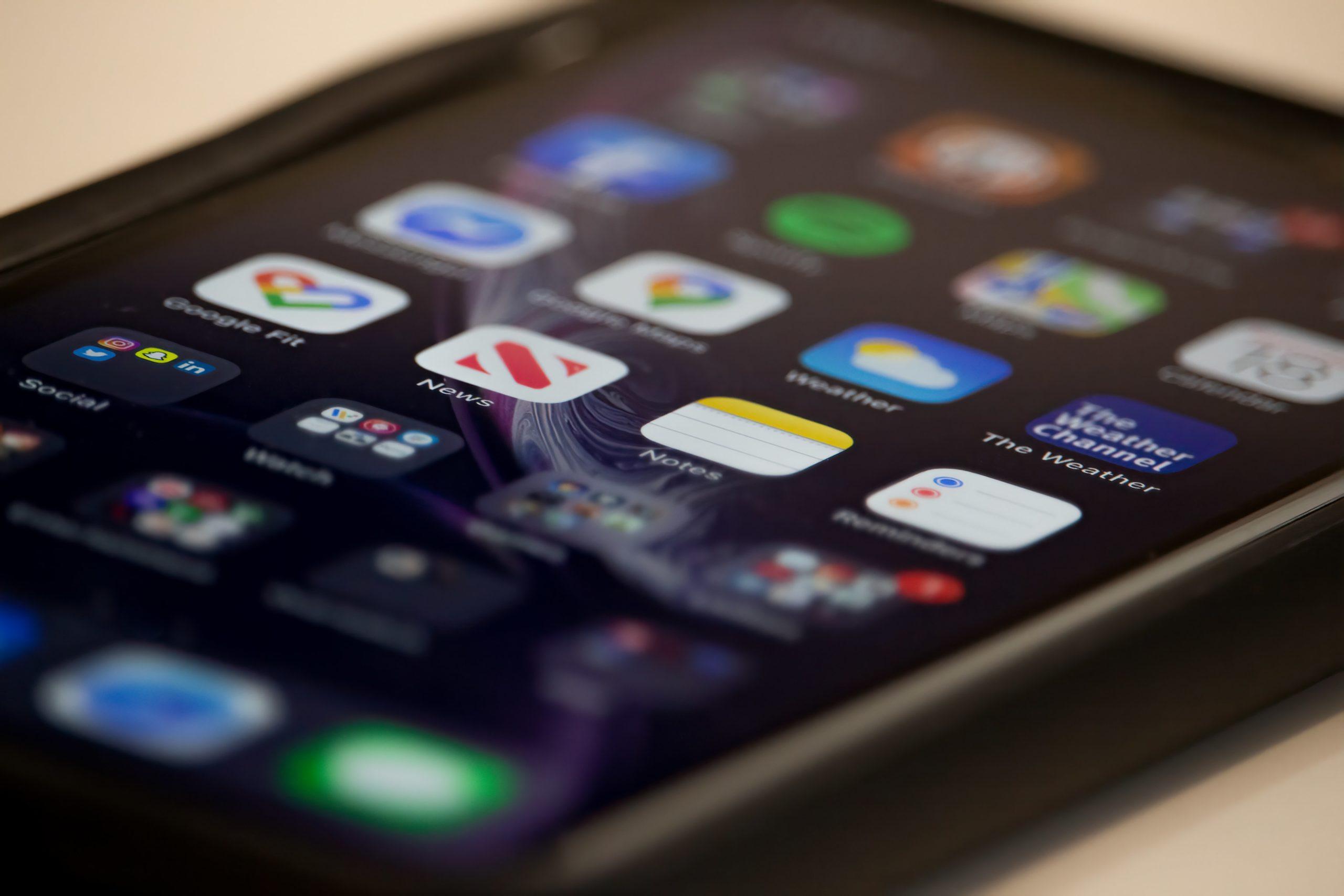 smartphone posé sur une table